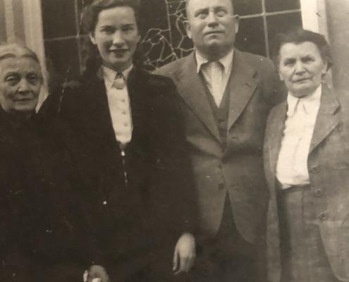 """links: Caroline Ritsert """"Reichharts Tante"""", die Seele von Familie und Betrieb neben Lotte Reichhart mit Eltern"""
